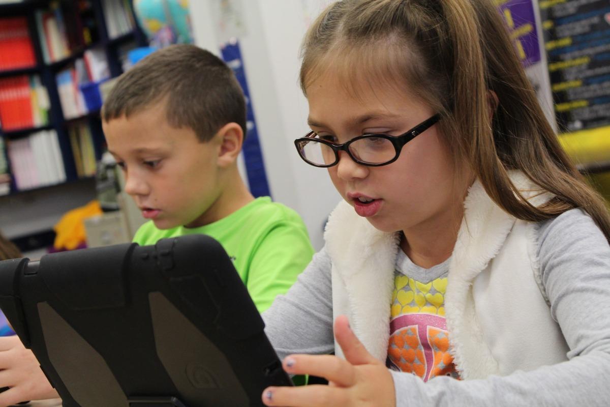 Crianças se vendem e vendem coisas na internet, para outras crianças.